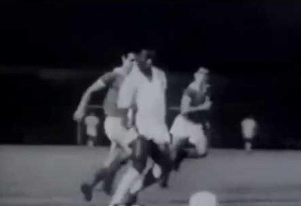 Foram oito gols marcados contra o Benfica (cinco deles nos jogos do primeiro Mundial Interclubes conquistado pelo Santos). Ypiranga, Guaratinguetá, Santa Cruz, Tampa Bay-EUA, Colo Colo, Inter de Milão sofreram o mesmo número de gols