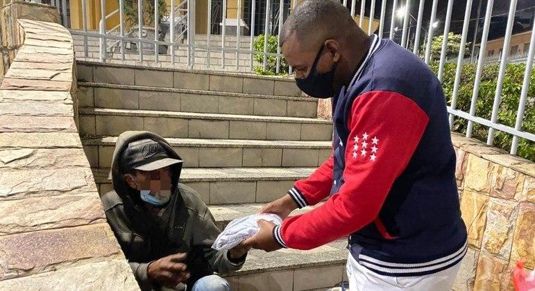 Voluntários destacam o impacto positivo dos moradores de rua ao receberem atenção