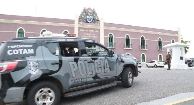 Forças de segurança, incluindo o Exército, patrulham as ruas de Fortaleza