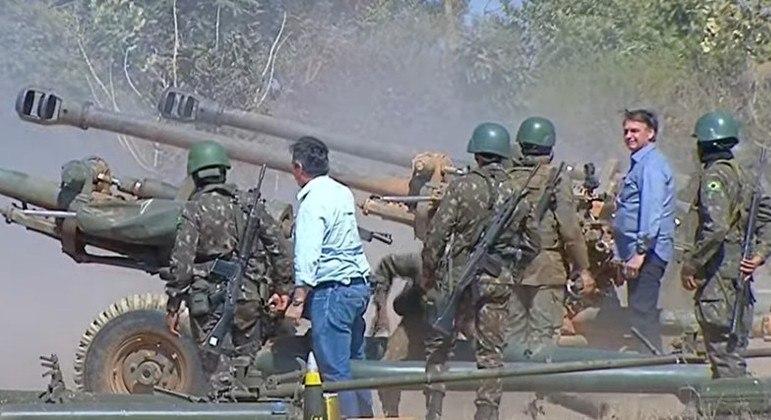 Forças Armadas fazem demonstrações em Formosa (GO) e Bolsonaro dá tiro de canhão