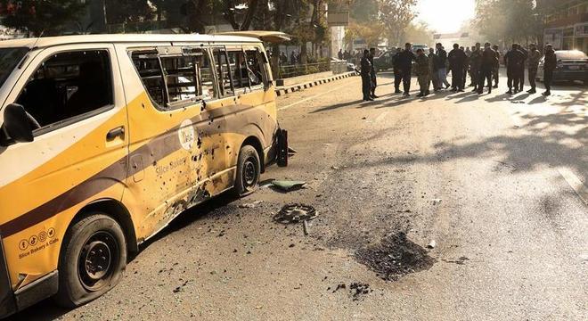 Forças de segurança afegãs isolam o local do ataque