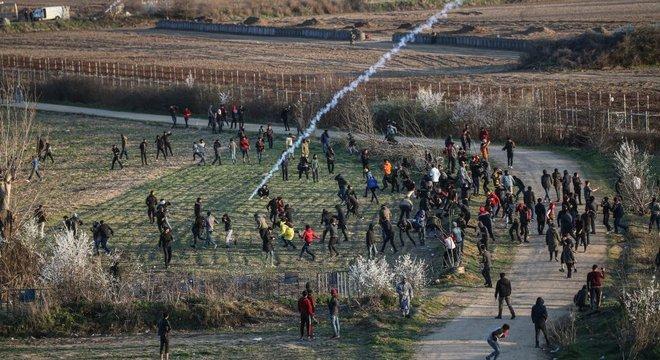 Em meio à crise migratória na Grécia, forças de segurança do país estão tentando dispersar os solicitantes de asilo com gás lacrimogêneo