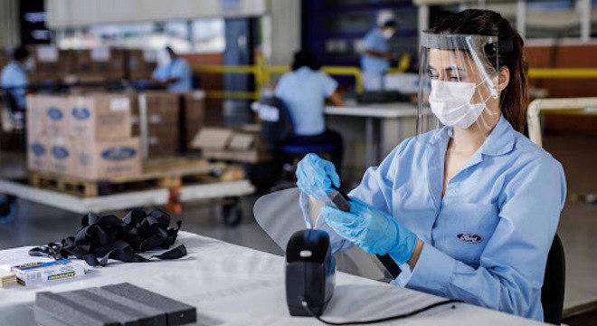Produção de protetores faciais doada para profissionais da saúde: Ford doou 35 mil unidades