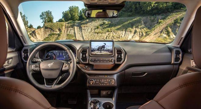 Interior destaca o volante parecido com o do Focus, multimídia Sync3 e comandos tradicionais