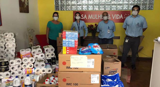 Funcionários ajudaram a arrecadar grande quantia de alimentos e produtos de higiene