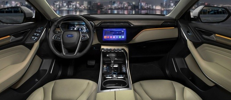 Interior tem opção de luz ambiente com diversos tons à escolha na multimídia
