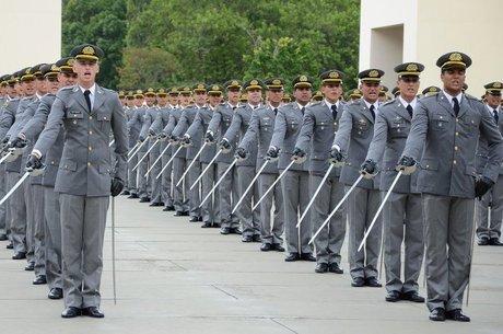 Soldado Elizeu Gomes Cadetes têm aulas como economia, estatística e química; psicologia, filosofia e sociologia; tiro, treinamento físico e história militar Longe da 'turbulência' da vida política