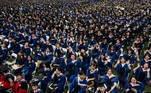 Em um sinal da descontração dos moradores deWuhan, poucos estudantes utilizavam máscaras entre os presentes na cerimônia, organizada no domingo (13) na cidade