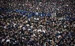 Mais de 11 mil estudantes chineses participaram em uma grande cerimônia de formatura emWuhan, mais de um ano após a suspensão das restrições anti-covid nesta cidade que foi o epicentro da epidemia