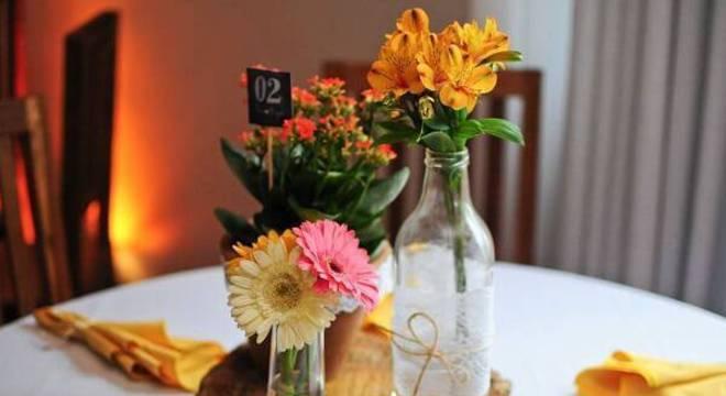 Forme um lindo arranjo de gérbera e decore o centro de mesa