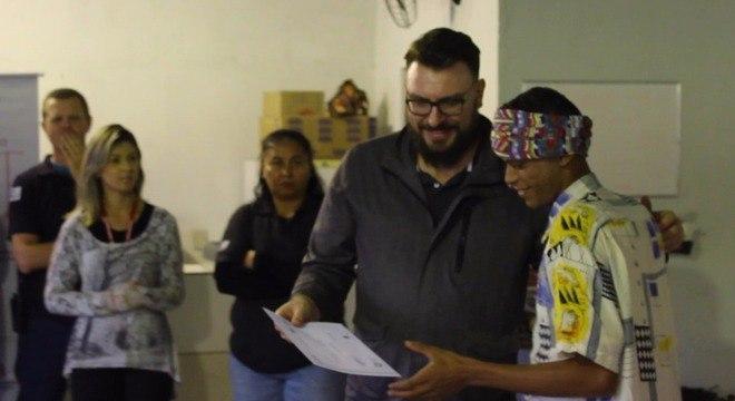 Detento trans recebe seu diploma no curso de gastronomia
