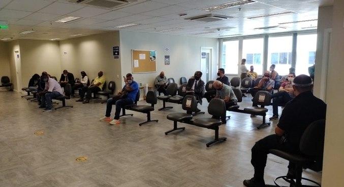 Pessoas aguardam por audiência no Fórum Trabalhista da zona sul de SP