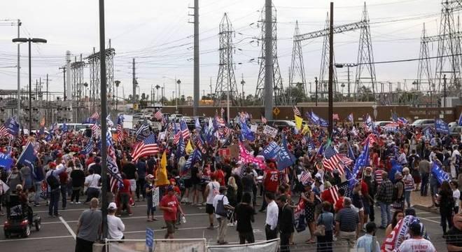 Protestos tomam entorno do departamento eleitoral em Maricopa há dias — e estão crescendo