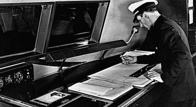 Até o final do século 20, as tripulações incluíam um navegador de voo cujo objetivo era manter o avião na direção certa