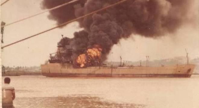 Navio-petroleiro pegou fogo na vespéra do Dia das Mães de 1985
