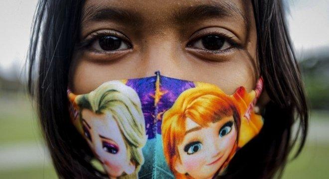 Criança fotograda em Medan, Indonésia; autores de pesquisa no JAMA Pediatrics destacam que saber sobre potencial de transmissão das crianças é ainda mais importante com planos de volta às aulas e de uma eventual vacina