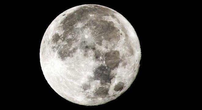 Posição do satélite em relação à Terra faz ele aparecer maior e mais brilhante no céu
