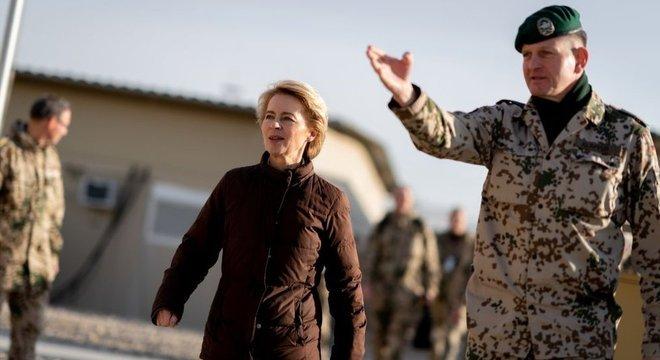 A ministra de Defesa Ursula von der Leyen visitou as forças alemãs no Afeganistão em dezembro