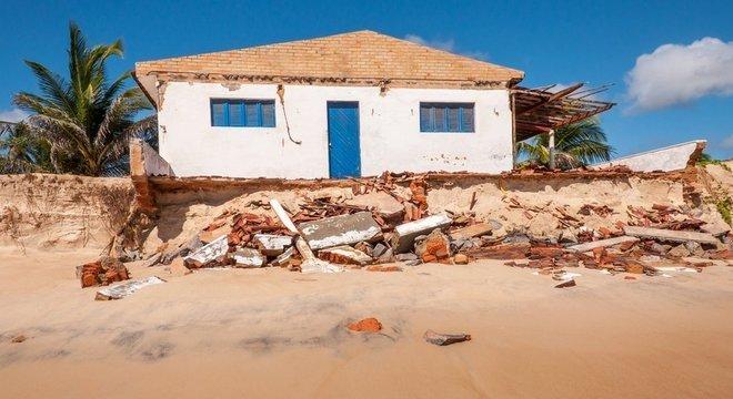 Na praia de Pititinga (foto), em Natal, o avanço do mar diminuiu a faixa de areia e engoliu construções
