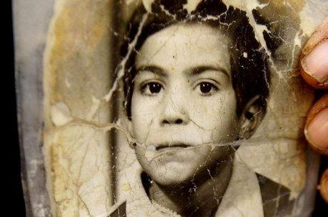 Amar foi vítima de um ataque de napalm na infância e perdeu o contato com sua família iraquiana; foi tratado como órfão