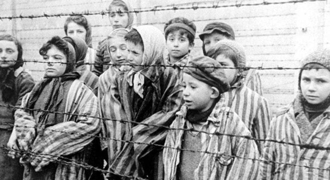 Crianças em campo de Auschwitz no dia de sua libertação; tema é sensível em Israel porque memória coletiva se baseia na história dos sobreviventes, diz historiador