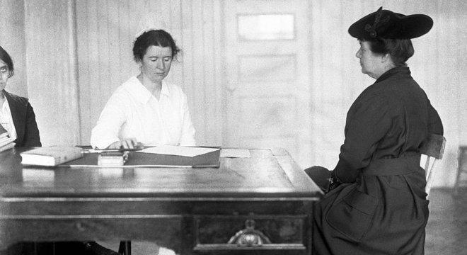 Ethel Byrne, irmã de Margaret Sanger, atende mulher em clínica criada pela ativista