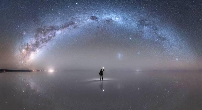 """A Nasa elegeu como """"foto astronômica do dia"""", em 22 de outubro, esta imagem da Via Láctea capturada por Jheison Huerta no Salar de Uyuni, na Bolívia"""