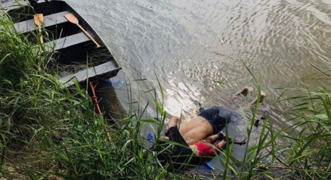 Foto de pai e filha salvadorenhos que morreram afogados ao tentar cruzar o rio gerou comoção mundial