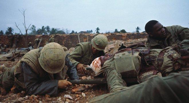 Foto de resgate na Guerra do Vietnã; Mueller serviu como fuzileiro naval