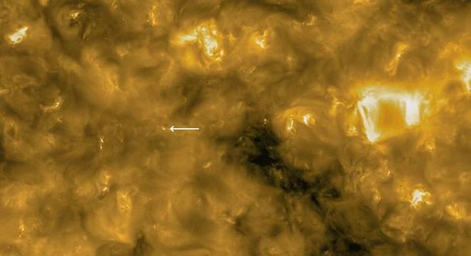 A seta indica locais que parecem 'fogueiras de acampamento'; o círculo no canto esquerdo dá noção da escala da imagem, ele representa o tamanho do planeta Terra