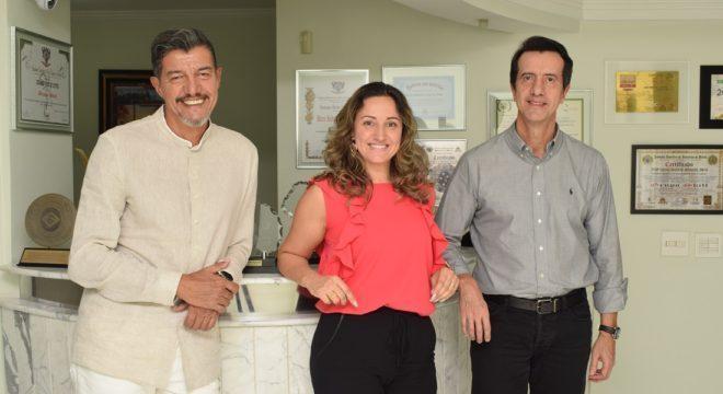 Foto dos executivos do Grupo-Skill_Esquerda-Marco-Antonio-Faria-presidente-e-os-vice-presidentes-Viviam-Regina-Posterli-ao-centro-e-Mario-Augusto-Pinto-de-Faria