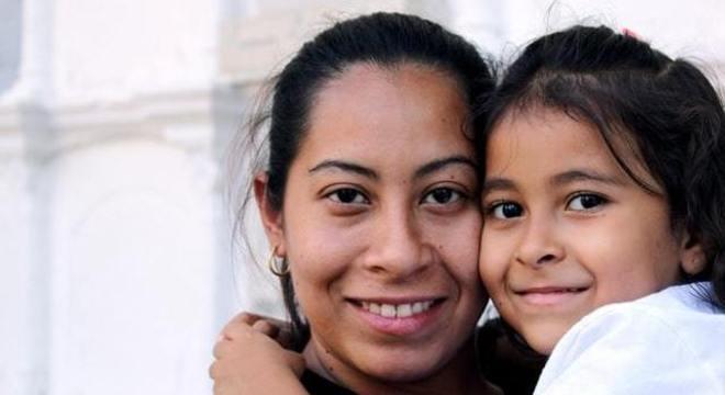Mãe que cria filhos sozinha tem direito a parcela de R$ 1.200 do auxílio