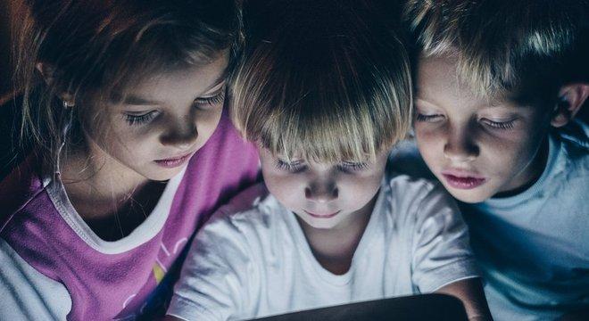Especialistas dizem que não há evidências de que um grande tempo em frente às telas seja prejudicial; o que é prejudicial, de fato, é o uso de telas uma hora antes de dormir