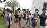 SP - UNICAMP/VETIBULAR/CAMPINAS - GERAL - Movimentação de vestibulando no campus da PUC Campinas, no interior de São Paulo, para o início da 1ª fase do vestibular 2021 da Universidade Estadual de Campinas (Unicamp), nesta quarta-feira (6), com aplicação de provas para os 34.024 candidatos inscritos em cursos das áreas de ciências exatas/tecnológicas e ciências humanas/artes. O total de inscritos foi de 77,6 mil, incluindo recorde de estudantes oriundos da rede pública. A orientação é para que estudantes com suspeita de Covid-19 não saiam de casa para fazer a prova. Já os participantes devem usar máscaras, levar álcool em gel e manter espaçamento entre si de ao menos 1,5 metro, dentro e fora das salas. O novo coronavírus levou a instituição a adotar mudanças, como a divisão dos 77 mil candidatos em dois dias de prova (quarta-feira e quinta-feira, 7), com redução no tempo de prova (de cinco para quatro horas) e de questões (de 90 para 72). 06/01/2021 - Foto: DENNY CESARE/CÓDIGO19/ESTADÃO CONTEÚDO