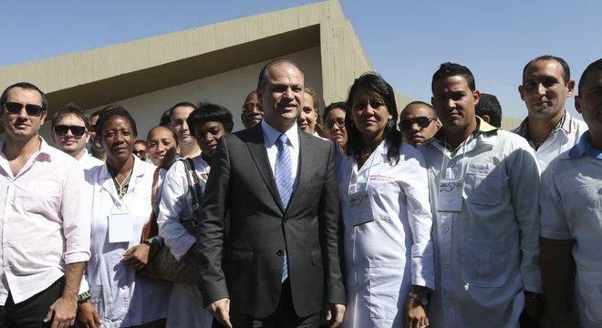Governo Michel Temer, apesar de fazer oposição ao PT, manteve o Mais Médicos; nesta imagem de 2016, o então ministro da Saúde Ricardo Barros recebe médicos do Mais Médicos, incluindo profissionais cubanos