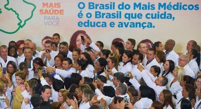 Programa Mais Médicos foi criado pelo governo de Dilma Rousseff - na imagem, tirada em 2016, Dilma lança nova fase do programa e é cercada por profissionais, alguns cubanos