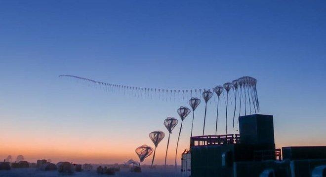 Fotos de lapso de tempo da liberação de uma sonda para o estudo do ozônio na estação Amundsen-Scott, no Polo Sul