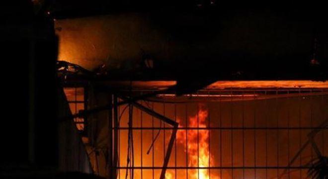 Fotos e vídeos registraram chamas de altura considerável na parte de trás do prédio