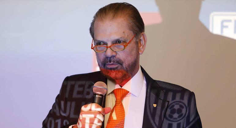 O presidente da FPF pressionado pelos clubes. Querem hoje a definição se o Paulista vai continuar