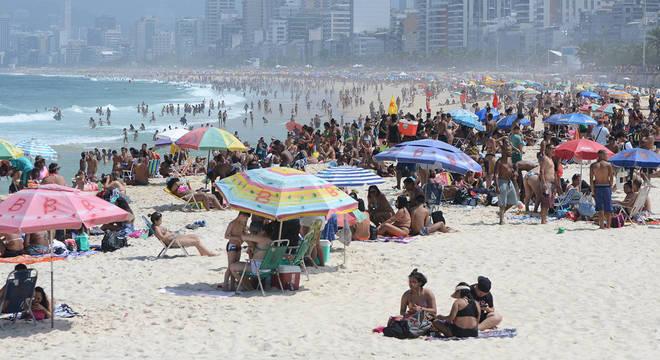 Movimentação na praia do Arpoador (RJ) no domingo (6), véspera de feriado