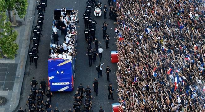 A chegada da delegação em Paris, muita gente e um passeio chinfrim