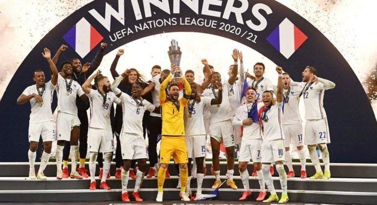 """A cerimônia da entrega do troféu aos """"Bleus"""" de branco"""