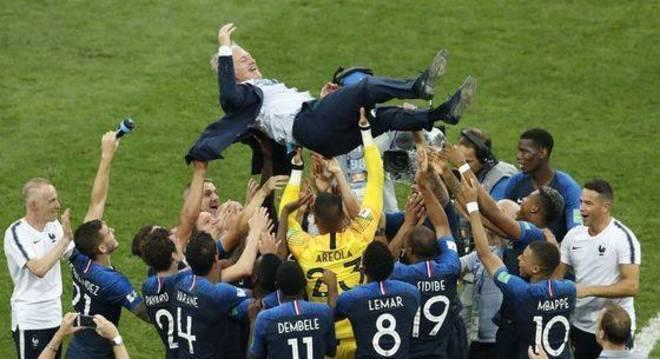 Deschamps, a celebração do título duplo, jogador e treinador