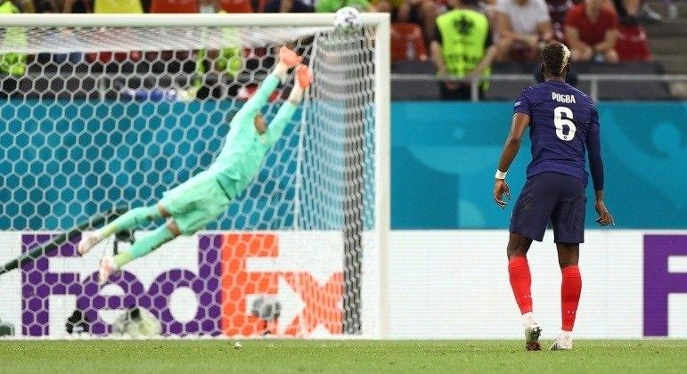 Pogba verifica a inutilidade da acrobacia de Sommer, 3 X 1 em favor da França