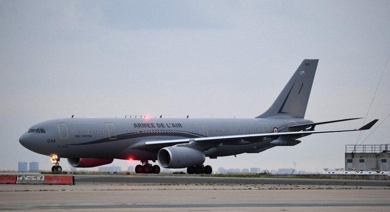 Avião do exército francês chega ao aeroporto em Paris