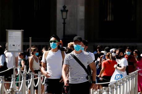 França estende uso de máscara em espaços públicos