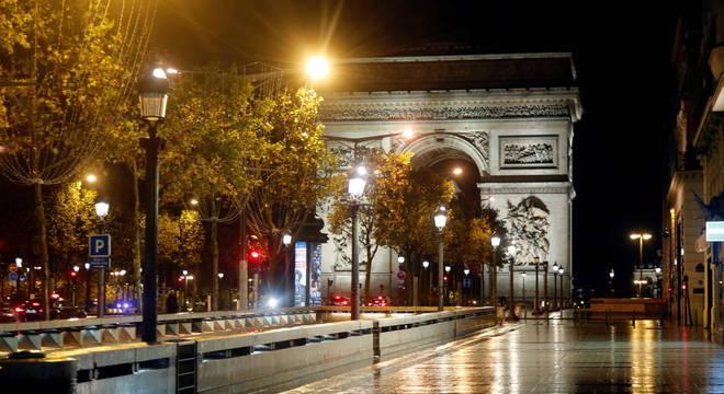 França decretou toque de recolher noturno e pode decretar novo confinamento