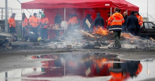 France has blocked ports on strike against welfare reform