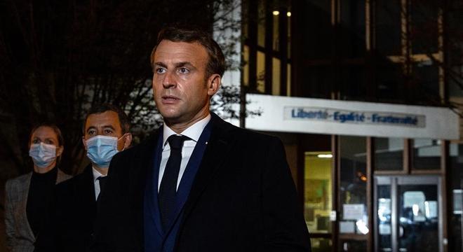 Macron fala diante da escola onde o professor assassinado lecionava