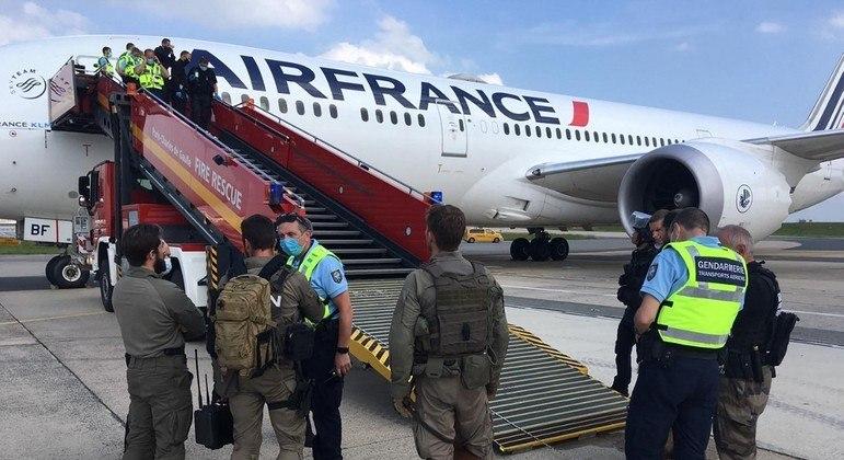 O avião foi vasculhado por policiais de equipes anti-bomba no aeroporto Charles de Gaulle